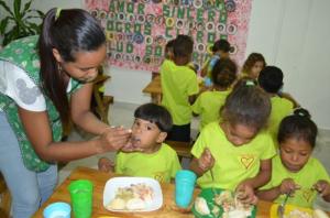 Begeleiding van de juffen aan kinderen in Casa Blanca