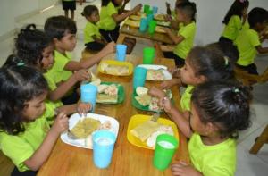 Kinderen van Casa Blanca aan tafel met hun maaltijd